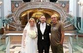 مجری تلویزیون در کنار عروس و داماد ایتالیایی