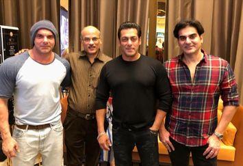 عکس سلمان خان در کنار پدر و برادرانش