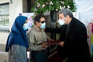 تجلیل از اساتید نابینا در مراسم آغاز سال تحصیلی 1400 در مدرسه نابینایان