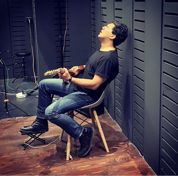 حال خوب حامد بهداد در حال گیتار زدن + عکس
