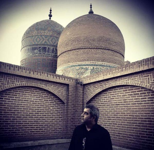 اتابک نادری در کنار عمارتی تاریخی + عکس