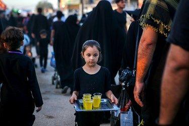 پذیرایی خادمان کوچک امام حسین(ع) از زائران