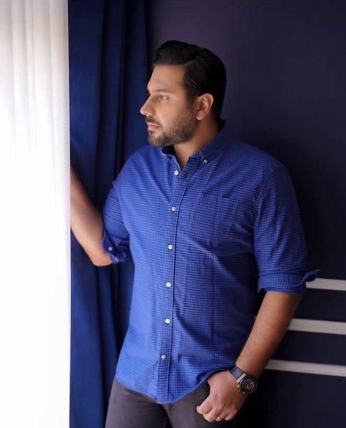 احسان خواجه امیری در گوشه ای از خانه اش + عکس