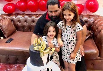 جشن تولد ساده رضا صادقی در کنار دخترانش+عکس