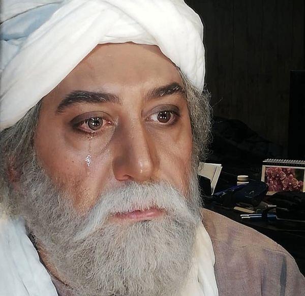 اشکهای آقای بازیگر سر صحنه فیلمبرداری هنگام درگذشت مرحوم علی انصاریان + عکس