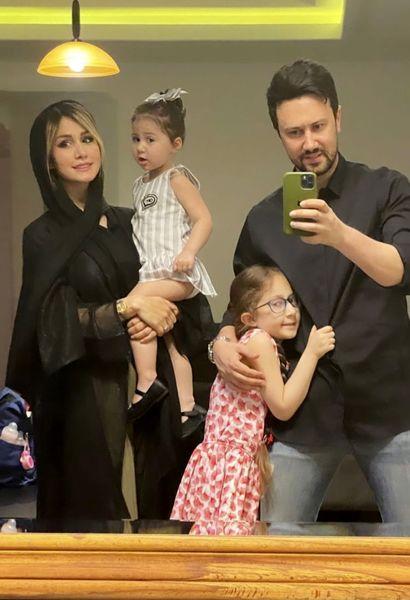 تصویر جدیدی از شاهرخ استخری با همسر و دخترانش در خانه شان