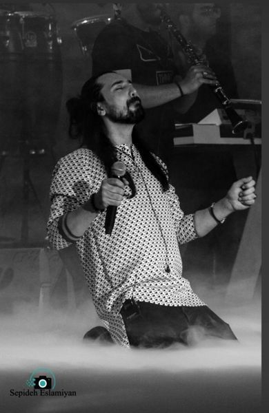 زانو زدن امیرعباس گلاب در مقابل هوادارانش + عکس