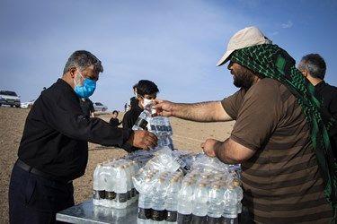 آب معدنی بین مردم توزیع میشود