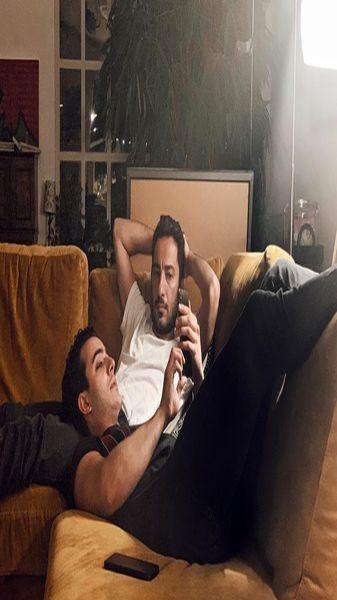 خوابیدن بازیگر جوان مشهور روی پای نوید محمدزاده + عکس