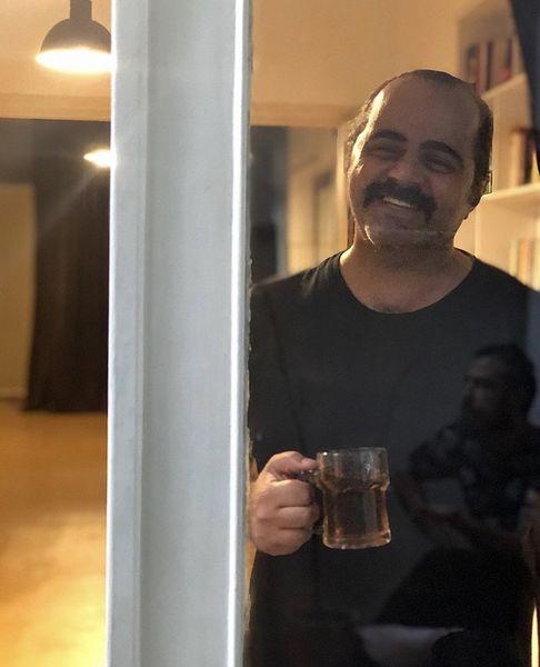رضا مولایی در پشت پنجره خانه اش + عکس