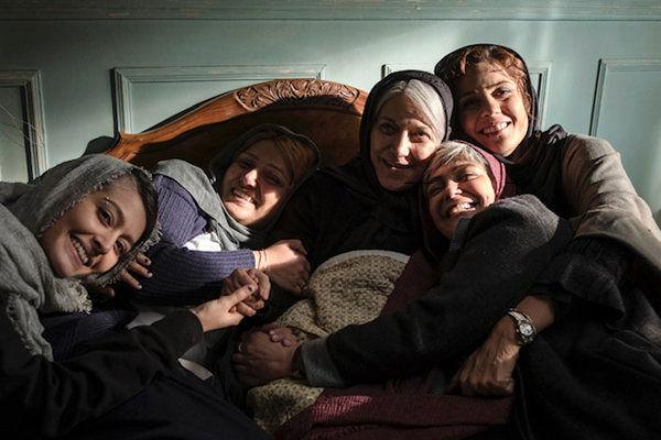 بازیگران زن روی تخت خواب