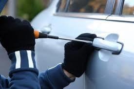لحظه سرقت آسان یک دزد از ماشین در پمپ بنزین