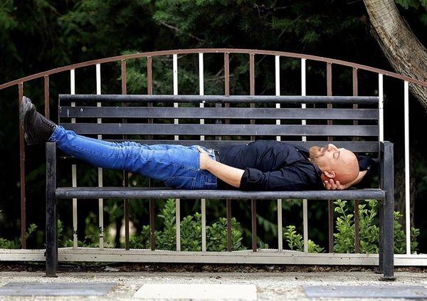 آقازاده مشهوری که روی صندلی پارک میخوابد + عکس