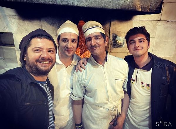دوستی علی صادقی با نانواهای محلشون + عکس