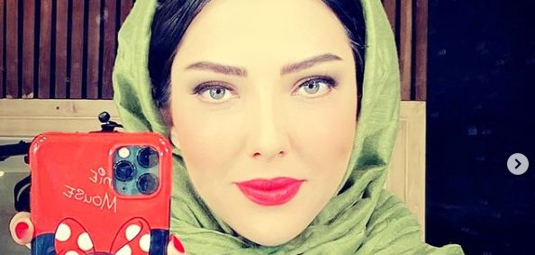 سلفی لیلا اوتادی در آیینه با گوشی میکی موسی اش + عکس