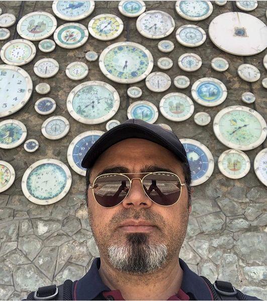 آقای بازیگر در کنار دیواری زیبا + عکس