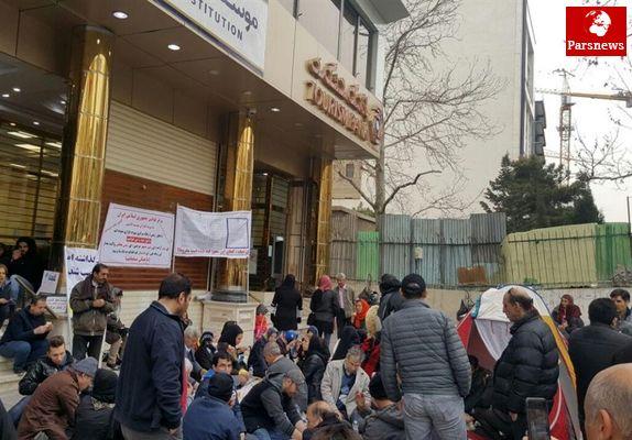 سپرده گذاران موسسه کاسپین سفره هفت سین در مقابل شعبه مرکزی این موسسه در سعادت آباد تهران پهن کردند!+تصاویر