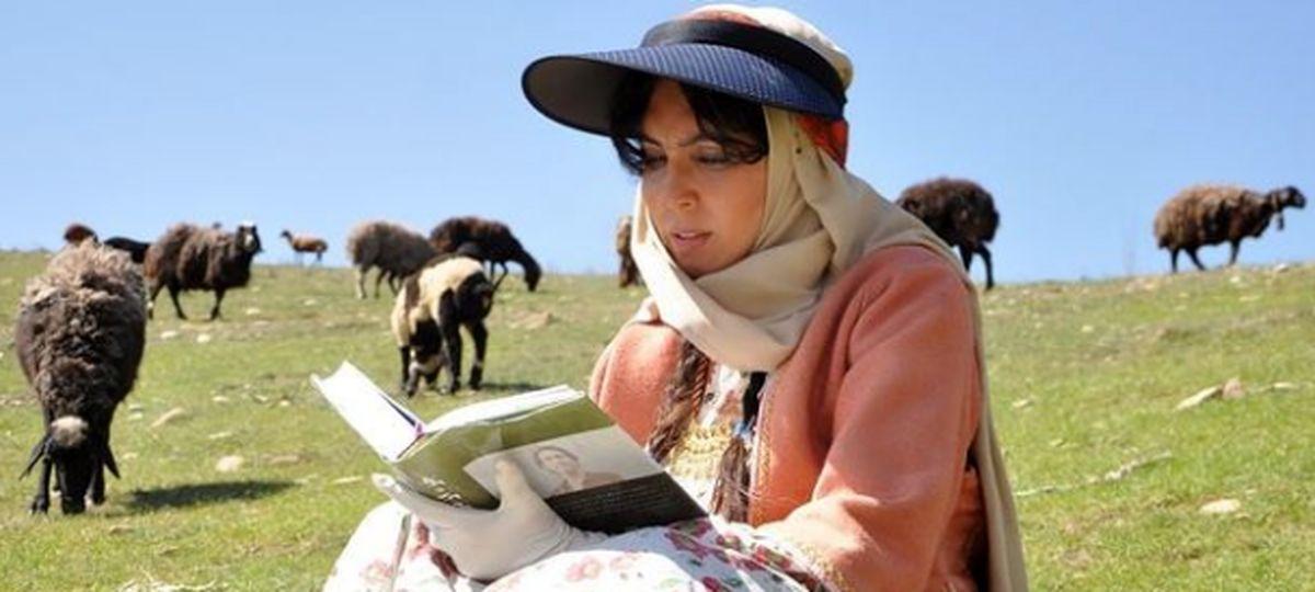 کتابخوانی لیلا بلوکات در دل طبیعت + عکس