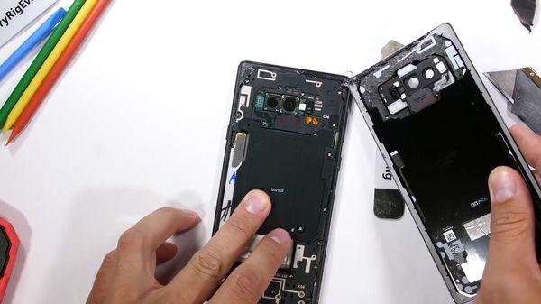 فیلم:: لحظه انفجار باتری موبایل در هنگام تعمیر