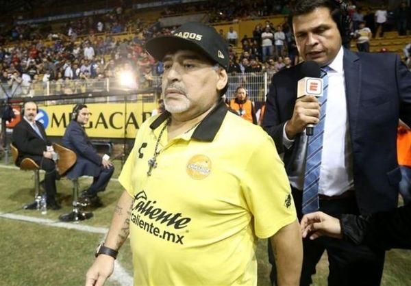 حمله مارادونا به هواداران تیم رقیب پس از شکست شاگردانش