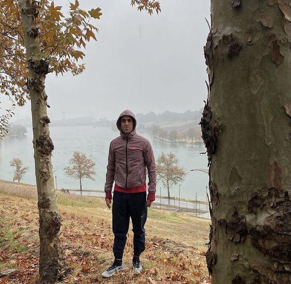 استایل ورزشی علی کریمی در زیر باران + عکس