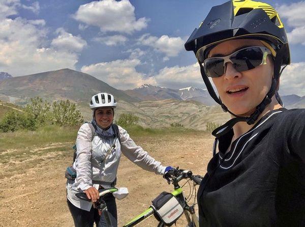دوچرخه سواری ویشکا آسایش و دوستش در طبیعت + عکس