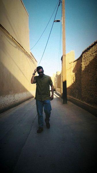 قدم زدن پسر خلاف مهران مدیری در کوچه پس کوچه های تهران + عکس