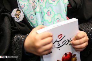 صف جوانان برای امضای کتاب توصیهشده رهبر انقلاب
