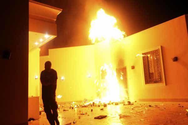 سفارت آمریکا در لیبی در آتش می سوزد