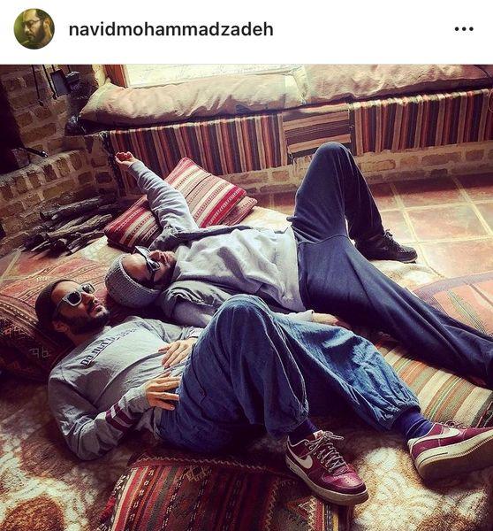 نوید محمدزاده و دوستش در حال استراحت ویلایش + عکس
