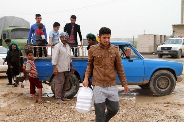 پخت و توزیع غذای گرم میان سیل زدگان خوزستان