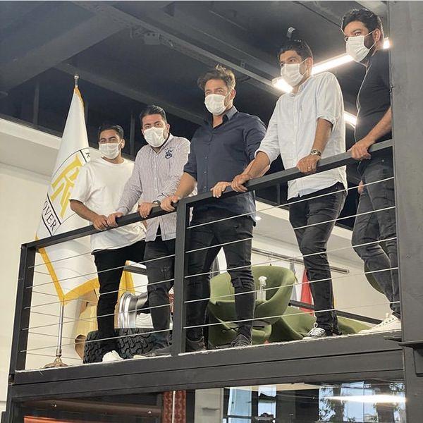 گلزار و دوستانش در محل کارشون + عکس