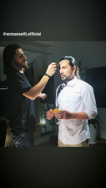 امیرعباس گلاب در حال گریم کلیپش + عکس