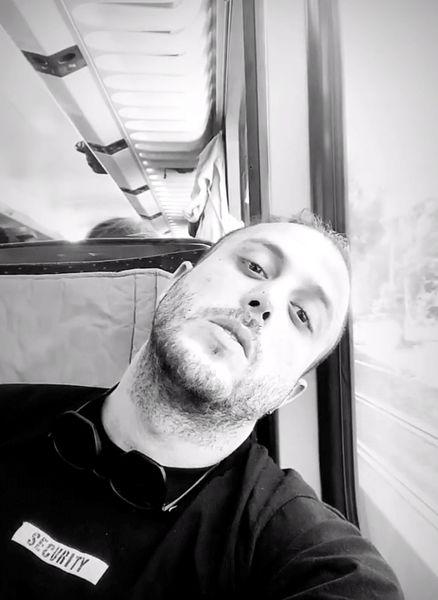 سلفی خسته آقای خواننده در اتوبوس+عکس