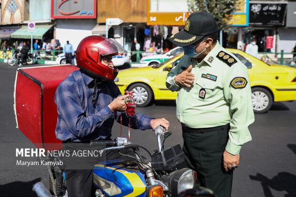 کار زیبا و جالب فرمانده ناجا + تصاویری تحسین برانگیز از ادای احترام و اهدای گل