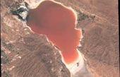 چرا رنگ آب دریاچهها قرمز میشود؟