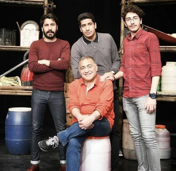 خسرو احمدی با پسرانش در تئاتر + عکس