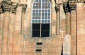 نردبان جنجال برانگیز در یک کلیسا