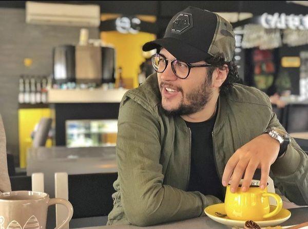 تیپ متفاوت سیاوش خیرابی در یک کافه + عکس