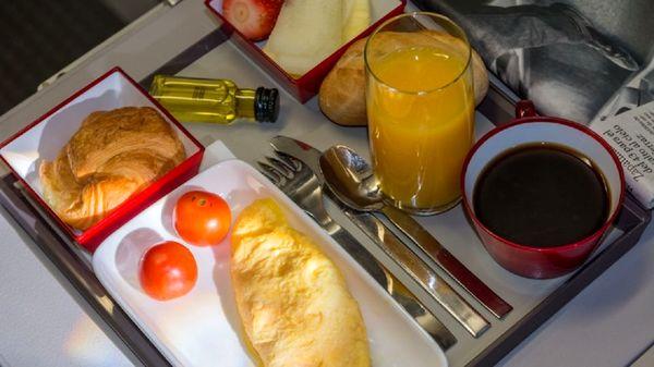 هرگز به این مواد غذایی در هواپیما لب نزنید!