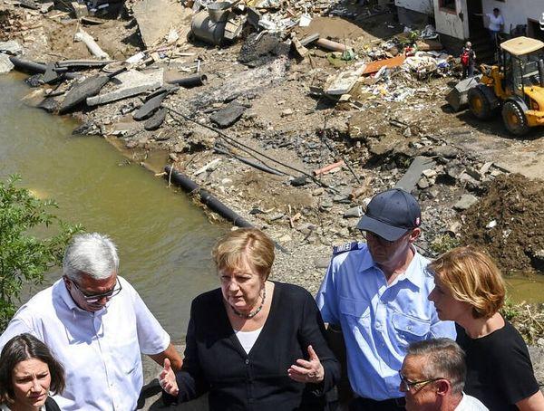 حضور صدراعظم آلمان در مناطق سیل زده+ عکس