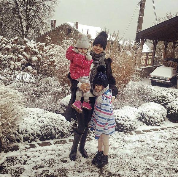 همسر و دختران شاهرخ استخری در برف + عکس
