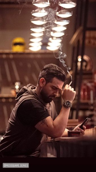 سیگار کشیدن امیرحسین آرمان در یک کافه + عکس