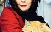 گربه مارال فرجاد در آغوشش + عکس