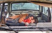 لیندا کیانی و پسرش در قبرستان ماشین ها+عکس