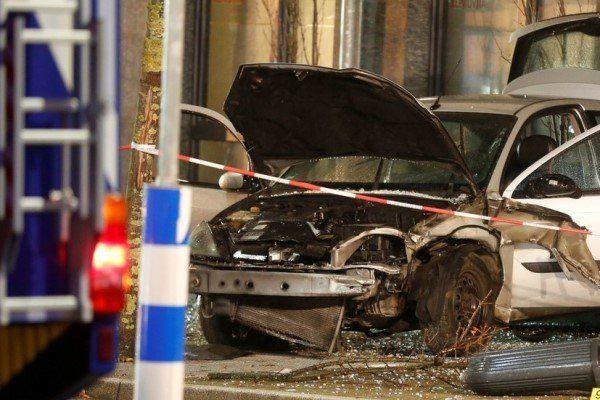 برخورد یک خودرو با عابران پیاده در غرب آلمان