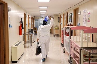 پرستار بخش کرونا بیمارستان کودکان مفید تهران در پایان شیفت کاری