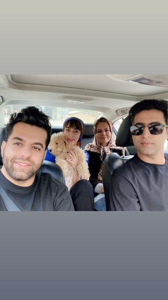 عکس خانوادگی رضا بهرام در ماشین