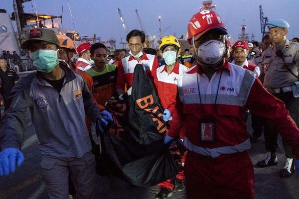 تعدادی جسد از مسافران هواپیمای مسافری اندونزی کشف شد