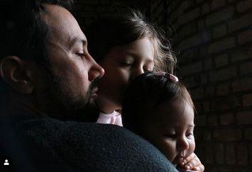 عکس پدرانه «شاهرخ استخری» با دخترانش